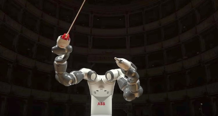 A Robot Conducts an Entire Orchestra In Front of 800 People
