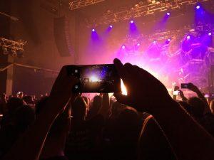 Un número grande de personas ahora favorecen la prohibición de los teléfonos en los conciertos