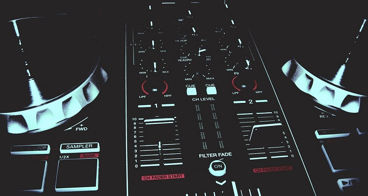 Serato Integrates Soundcloud And Tidal For Real-time Mixing, But Only If You're Online