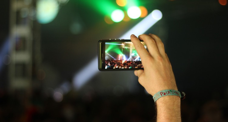 Phones at Concerts (photo: Andre Grunden)