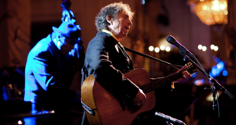 Siri Thinks Bob Dylan Died Over 11 Years Ago ⁠— He's Touring Later This Year