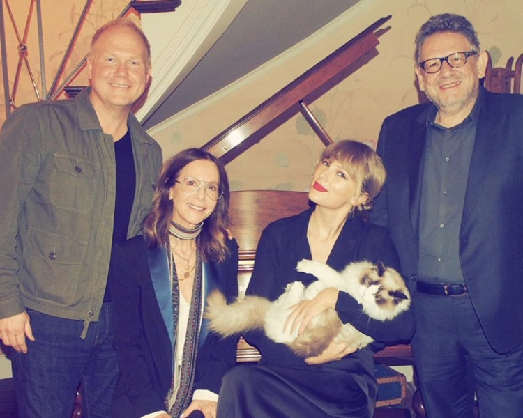 (l to r) Troy Tomlinson (UMPG Nashville Chairman & CEO), Jody Gerson (UMPG Chairman & CEO), Taylor Swift, Benjamin the Cat, Lucian Grainge (UMG Chairman & CEO).
